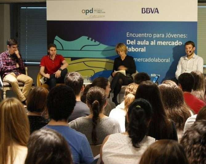 Ander Aldekoa junto a otros 3 jóvenes emprendedores, dando una charla-ponencia sobre emprendimiento